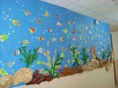 Risultati immagini per mural fondo marino hecho por niños Under The Ocean, Under The Sea Theme, Under The Sea Party, Sea Crafts, Fish Crafts, Paper Crafts, Class Decoration, School Decorations, Preschool Crafts