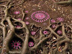 Creating nature mandalas in space where we meet around city land art, flowe Art Et Nature, Nature Crafts, Land Art, Mandala Nature, Street Art, Ephemeral Art, Mandalas Drawing, Doodle, Art Sculpture