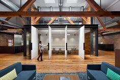 Wunderbares Lagerhaus: Büroflächen, die ursprünglich ein Lagerhaus waren wurden in einen modernen Ort verwandelt