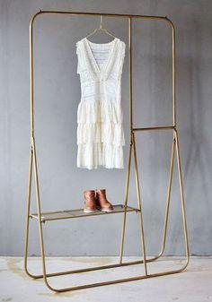 Kult og praktisk klesstativ i gullfarget metall fra Trend Design. Stativet har plass til lange kjoler, jakker, sko og smykker.Et tøft møbel til soverommet eller gangen.Størrelse: 121 x 41 x 197 cm