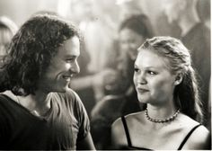 Julia Stiles & Heath Ledger - 10 Things I Hate About You Teen Movies, Iconic Movies, Good Movies, Movie Couples, Cute Couples, Fangirl, Julia Stiles, Chef D Oeuvre, Film Aesthetic