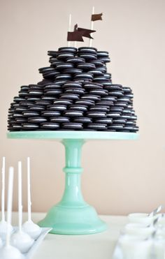 Wouldn't this be cute for a party - Stack oreos on a pie plate, who doesn'nt like oreos!?