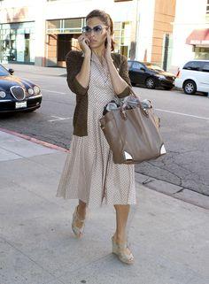 Eva Mendes complementa su look con una bolsa de Ferragamo ¿Te gusta? www.privalia.com
