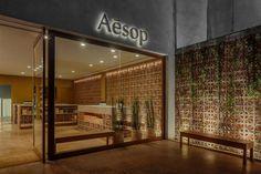 Aesop stond al eens in het lijstje van RetailTrends met musthave retailformules voor ons land. De unieke storedesigns maken Aesop een aanwinst voor elke winkelstad. Nog altijd wachten we met smart ...
