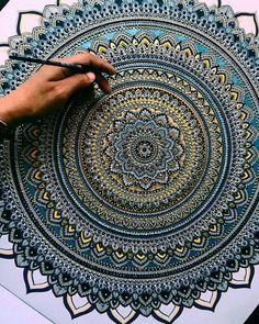 This would take so long but it's so beautiful Mandala Art Lesson, Mandala Doodle, Mandala Artwork, Mandala Dots, Mandala Drawing, Mandala Painting, Doodle Art, Zantangle Art, Dot Art Painting
