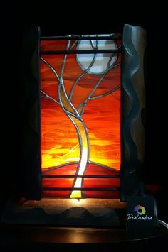 Lampara en vitral, arbol de la vida en vitral Stained Glass Lamps, Stained Glass Patterns, Stained Glass Windows, Mosaic Glass, Reflection Photography, Lantern Lamp, Lamp Shades, Light Art, Glass Panels