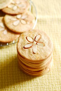 Luau party ideas: Sand Dollar Cookies with sliced almonds Sand Dollar Cookies, Cookie Recipes, Dessert Recipes, Picnic Recipes, Tasty, Yummy Food, Just Desserts, Baking Desserts, Bakery