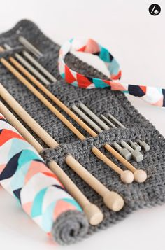 Crochet accessories 498351515009366881 - I'm loving this Knitting needle tool carrier case diy idea we can make ourselves! Source by studioknit Knitting Needle Storage, Loom Knitting, Knitting Needles, Knitting Patterns, Crochet Patterns, Knitting Ideas, Crochet Diy, Love Crochet, Crochet Hooks