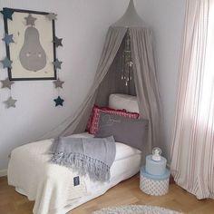 canopy cinza em uma sala de meninas