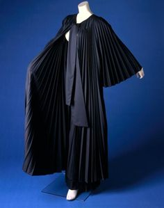 Damesensemble bestaande uit jas en broek (plissé) (ca. 1985), Centraal Museum Utrecht Fashion Details, Utrecht, Aesthetics, How To Wear, Vintage Fashion, Museum, Dresses, La Mode, Vestidos