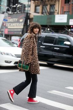Model Mica Arganaraz wears a leopard fur coat, green and black crocodile leather Proenza Schouler purse, black flare pants, and red Converse sneakers black on Day 7 of New York Fashion Week. Converse Outfits, Red Sneakers Outfit, Sneaker Outfits Women, Converse Sneakers, Wedge Sneakers, Sport Outfits, Fashion Week, Girl Fashion, Fashion Outfits