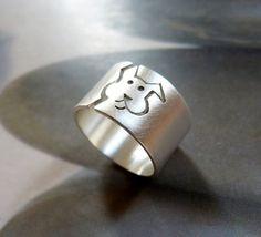 Ring mit einem Hund Vorbild (eigenes Design) aus Sterling Silber. Der Ring ist matt poliert.   Jedes Stück ist handgemacht, also Sie bekommen ein sehr ähnliches Exemplar, aber nicht absolut...