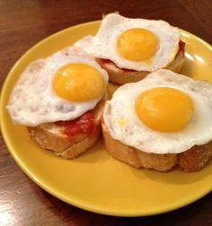 Pintxo de sobrasada, miel y huevos de codorniz  http://recetasysonrisas.blogspot.com.es/2013/05/pincho-de-sobrasada-miel-y-huevos-de.html