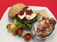 """E' """"Il Cattivo"""" ma pur sempre Gourmet !!!  Pane con farine biologiche e semi di sesamo, hamburger di Chianina IGP, cipolle rosse caramellate, Nduja di Spilinga, mozzarella di bufala Campana DOP, lattuga fresca, pomodoro a fette. Contorno di patate al cartoccio e spiedino di verdure in agrodolce.  Vi aspettiamo tutti i mercoledì sera al Fraccaro Cafè !!!"""