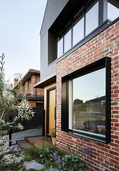 Brodecky, house with burnt wood covering in Melbourne by Atlas Architects - Journal du Design - Trend Heilige Architektur 2019 House Cladding, Facade House, Timber Cladding, Facade Design, Exterior Design, Design Design, Modern Brick House, Brick House Designs, Modern House Facades
