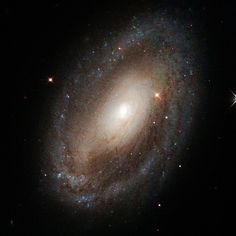 El telescopio Hubble captó la galaxia NGC 3185, localizada a 80 millones de años luz de distancia de la Tierra, la cual cuenta con un agujero negro supermasivo en el centro.  Foto: NASA