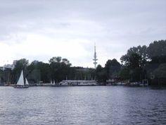 Auch der Fernsehturm bleibt vom Wasser aus sichtbar -schön! #hamburg #wasser #alster #reisen #tourismus #besichtigung #schiff