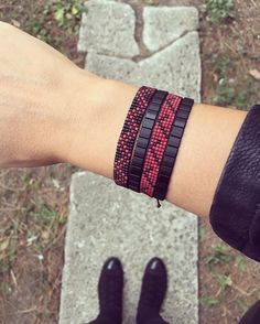 miyuki bileklik bilgi ve sipariş için dm If the winter came, the burgundy came. Miyuki wristband information and order for DM in to Bead Loom Patterns, Jewelry Patterns, Bracelet Patterns, Beading Patterns, Beading Ideas, Beading Supplies, Seed Bead Jewelry, Beaded Jewelry, Loom Bracelets