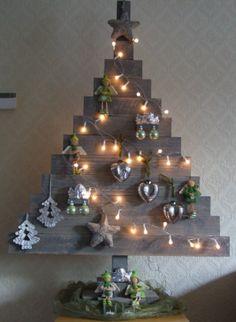 Kerstboom gemaakt van vuren houten planken; op kleur gebracht met beits.