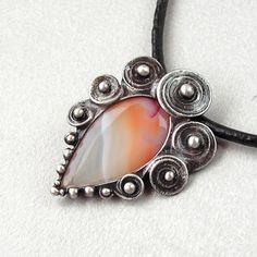 """Spirálky+-+Achát+Originální+Autorský+šperk+""""Srdce+ve+spirálkách+-+Růženín""""+POPIS: Ústředním+kamenem+v+tomto+šperku+je+plátek+Achátku+s+velice+pěknou+kresbou.+Kámen+je+hladký+s+viditelnou+strukturou+kamene,+najdete+v+něm+něžné+odstíny+v+barvách:+bílá,+bílá+průsvitná,+oranžová+až+meruňková+i+růžová.+Je+zdobený+spirálkami+a+cínovými+kuličkami. +Kámen..."""
