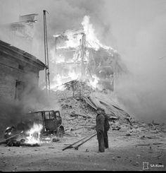 Pommit osuivat iltapäivällä 30.11.1939 Lönnrotinkadun ja Abrahaminkadun kulmaan.