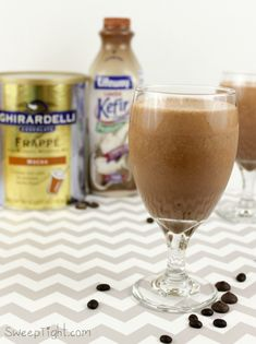 It's so easy to make coffee house style drinks at home. This frozen mocha frappe recipe Frozen Chocolate, Dark Chocolate Chips, Hot Chocolate, Blended Drinks, Mixed Drinks, Non Alcoholic Drinks, Cocktail Drinks, Cocktails, Keurig Recipes