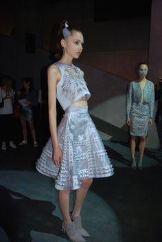 Dengan latar belakang video grafis, para model berjalan dan berpose diantara para pemerhati fashion di Paris. Mereka membawakan karya Tex Saverio untuk koleksi Spring /Summer 2015 dalam rangka Paris Fashion…