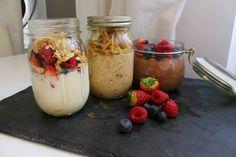 Drei verschiedene Rezepte für Frühstück im Glas zum Mitnehmen. Ideal für Büro, Schule oder Uni.