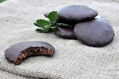 Paleo thin mint cookies- oh how I miss Thin Mints! Almond Recipes, Paleo Recipes, Real Food Recipes, Yummy Food, Free Recipes, Skinny Recipes, Paleo Cookie Recipe, Paleo Cookies, Cookie Recipes