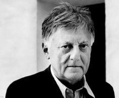 Aldo Rossi (Milán 1931-1997) obtuvo en 1959 el título de Arquitecto en el Politécnico de Milán. Fue profesor de Composición Arquitectónica en los Politécnicos de Milán y Federal de Zurich y en el Instituto Universitario de Arquitectura de Venecia.