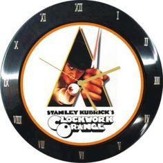 """Hoje é aniversário de morte do cineasta Stanley Kubrick, diretor de sucessos como """"Laranja Mecânica"""" e """"O Iluminado"""". Kubrick também trouxe inspirações para a decoração... Vocês já repararam no cenário do filme """"O Iluminado""""? E olha que bacana esse relógio de parede (super vintage) baseado no filme """"Laranja Mecânica"""". Para quem curte cinema é uma ótima ideia de decor!"""
