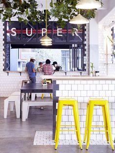 """Banquetas amarelas do restaurante """"Superette"""""""