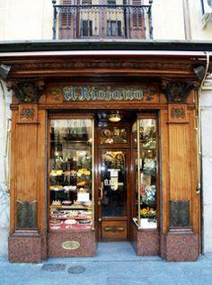 El Riojano, en la c/ Mayor número 10. Fundada en 1865, por Dámaso de la Maza. Fue pastelero de la Casa Real y de la reina Mª Cristina de Nápoles, quién diseñó la pasteleria. Se utilizaron materiales como la caoba, el mármol y el bronce. Sus especialidades son las llamadas pastas del Consejo, las que se preparaban para el rey niño Alfonso XIII, cuando presidía las sesiones y que aún se siguen sirviendo en el Senado y los tan castizos azucarillos de limón, así como los bartolillos y los…