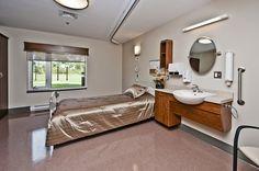Chambre de résident CSSS de Port-Neuf. Mobilier adapté sur mesure pour ses occupants Construction, Architecture, Decoration, Double Vanity, Bathtub, Bathroom, Bespoke Furniture, Bath, Bedroom