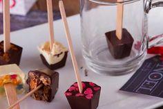 Cioccolata in tazza sullo stecco