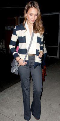 Jessica Alba com um cardigã listrado fofo