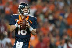 14NFL第7週、デンバー・ブロンコス(Denver Broncos)対サンフランシスコ・フォーティナイナーズ(San Francisco 49ers)。第2クオーターに通算509本目となるタッチダウンパスの狙いを定めるデンバー・ブロンコスQBペイトン・マニング(Peyton Manning、2014年10月19日撮影)。(c)AFP=時事/AFPBB News