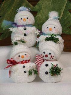 Sock Snowmen.  Lutins transforment des paires de bas en bonhommes de neige pour les enfants.