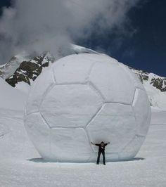 Ogromna piłka wykonana ze śniegu • Czy graliście kiedykolwiek taką piłką do nogi? • Piłka jest sporo większa od człowieka • Zobacz >> #football #soccer #sports #pilkanozna