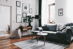 Wunderschönes Wohnzimmer in Leizgziger Altbauwohnung mit Parkett, großer Couch…