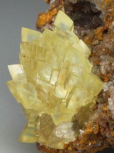 Smithsonite. Tsumeb Mine, Tsumeb, Otjikoto Region, Namibia, Africa Taille=6.5 x 4.2 x 4 cm Ex. Collection E. J. Immelman