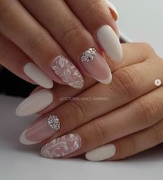 False nails have the advantage of offering a manicure worthy of the most advanced backstage and to hold longer than a simple nail polish. The problem is how to remove them without damaging your nails. Wedding Nails For Bride, Bride Nails, Wedding Nails Design, Vintage Wedding Nails, Bridal Nails Designs, Cute Nails, Pretty Nails, My Nails, Bridal Nail Art
