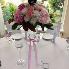 Dekoracje stołów Gości, piwonia, goździk, róża