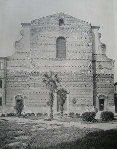 Verona - la piazza e la chiesa di S.Nicolò all'Arena, con l'originale facciata incompiuta prima del completamento con i resti della chiesa di S.Tommaso in via Cappello, distrutta nel  bombardamento della II WW -