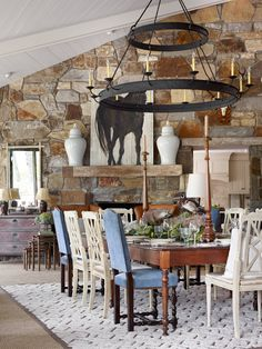 robust and simple jars and robust and simple chandelier. The simple color palette lets the stone shine. Simple Chandelier, Beautiful Space, Simply Beautiful, Black Decor, Traditional House, Rustic Decor, Rustic Chic, Rustic Design, Living Spaces