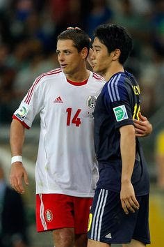 Shinji Kagawa Photos - Javier Hernandez of Mexico is greeted by Shinji Kagawa of Japan after the FIFA Confederations Cup Brazil 2013 Group A match between Japan and Mexico at Estadio Mineirao on June 22, 2013 in Belo Horizonte, Brazil. - Japan v Mexico: Group A - FIFA Confederations Cup Brazil 2013