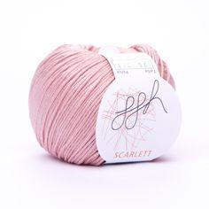 Eine Schönheit aus reiner Baumwolle.  Diese feine ägyptische Maco Baumwolle zeigt Seidenglanz im Knäuel und Gestrick. Die hochwertige Cablédrehung dieses Garn gibt Stabilität im Gestrick und beste Trage- und Pflegeeigenschaften. Endlich wieder ein Baumwollgarn, das zum Stricken herausfordert.  Material: 100% Baumwolle