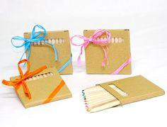 Caja con 12 lápices de colores decorada con rafia y tarjeta personalizada Modelo 09-91747T Regalos infantiles Caja con 12 lápices colores en madera Se presenta con rafia a tono y tarjeta personalizada