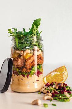 Świeże sałatki w słoiku - sposób na lekki i zdrowy lunch w pracy | RiE World Salad In A Jar, Fish Dinner, Food Inspiration, Salads, Easy Meals, Dinner Recipes, Food And Drink, Appetizers, Favorite Recipes