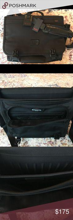 Tumi Alpha Messenger Bag with Ballistic Nylon Like-new Tumi Alpha Messenger  Bag (Black 9df19bdacd913